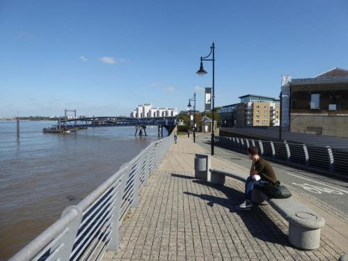 Royal Arsenal Riverside: path and riverboat terminal